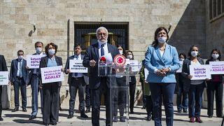 HDP Grup Başkanvekili Hakkı Saruhan Oluç, ellerinde infaz düzenlemesinde eşitlik isteyen ifadelerin yer aldığı dövizler taşıyan HDP'li milletvekilleri