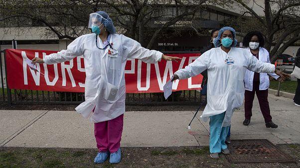 Des infirmières afro-américaines devant l'hôpital Provident à Chicago - Illinois -, le 6 avril 2020