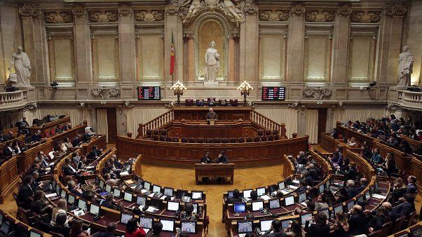 Parlamento português vai debater mais de 100 propostas contra a Covid-19