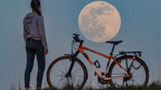 Le foto della Super Luna Rossa, la più bella del 2020 (e la prima in quarantena)