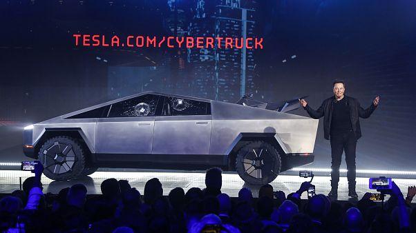 Tesla CEO'su Elon Musk, şirketin ürettiği Cybertruck marka aracı tanıtırken. Kaliforniya/ABD