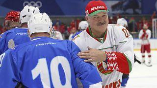 Александр Лукашенко играет в хоккей