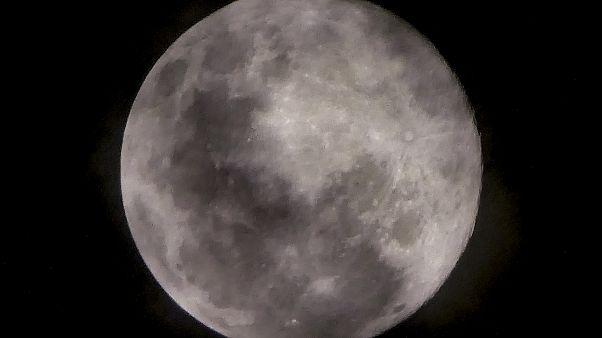 Las nubes finas cubren la superluna más cercana a la tierra, también conocida como luna rosa, desde Yakarta el 7 de abril de 2020.