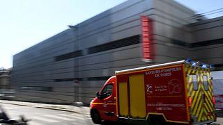 Un véhicule d'urgence des pompiers arrive à l'hôpital Tenon à Paris, le 26 mars 2020