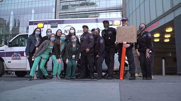 Bomberos y sanitarios unidos en los aplausos en Nueva York