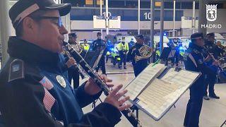 شاهد: ضباط يعزفون الموسيقى للطاقم الطبي ومرضى كورونا في مستشفى في مدريد