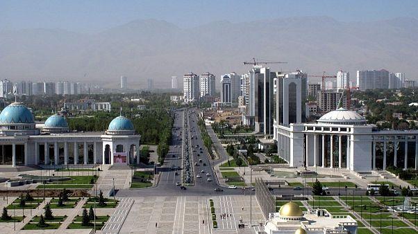 ترکمنستان همزمان با شیوع کرونا در جهان مراسم ورزش دسته جمعی برگزار کرد