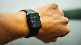 Eine Smartwatch überwacht unter anderem Vitalfunktionen ihres Nutzers.