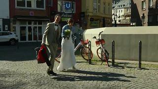 Жители Кёльна Маттиас и Сара решили не откладывать церемонию бракосочетания.