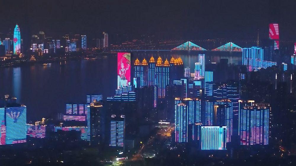 Espectáculo de luces de medianoche mientras Wuhan levanta el bloqueo del coronavirus 7