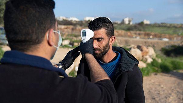عامل فلسطيني عائد من إسرائيل يخضع للإجراءات الطبية المتخذة من قبل السلطة الفلسطينية، 25 مارس 2020