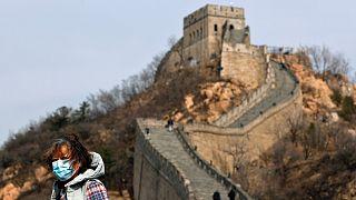 Szájmaszkot viselő látogató a Nagy falon
