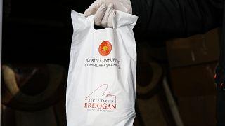 İçerisinde kolonya ve 5 maskeyle Cumhurbaşkanı Recep Tayyip Erdoğan'ın mesajının bulunduğu hediye paketleri, 65 yaş ve üzeri vatandaşlara dağıtılmaya başladı