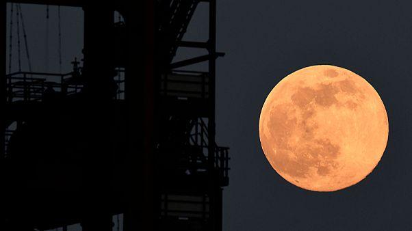 La Super Lune éclairant le ciel de Dortmund en Allemagne, le 7 avril 2020.