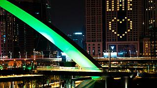 الشوارع خالية بسب جائحة فيروس كورونا فقط رسالة إيجابية معلقة على أحد الفنادق في دبي 31/03/2020