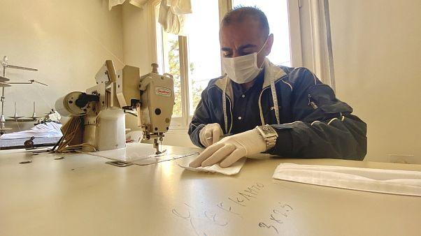 Ο ράφτης από το Ιράκ που κατασκευάζει μάσκες για την κοινωνία των Τρικάλων