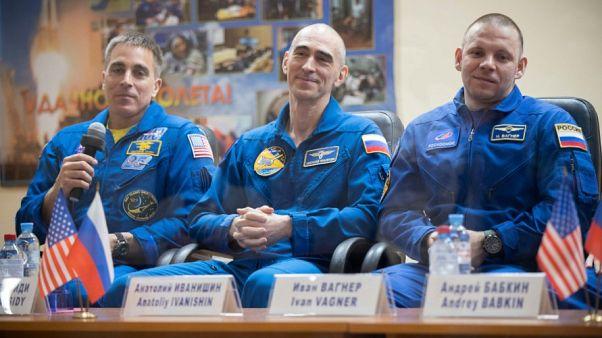 رواد الفضاء الثلاثة في مؤتمر صحفيً خيّم عليه بعد الأهل في كوسمودروم بكازاخستان  08/04/2020