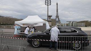 Fransa, günlük 30 bin Covid-19 testi için arabadan teşhis uygulaması başlattı