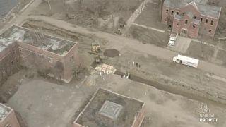 """شاهد:عمليات دفن جماعية بجزيرة هارت في نيويورك يقوم بها سجناء """"وسط أجواء موبوءة بفيروس كورونا"""""""