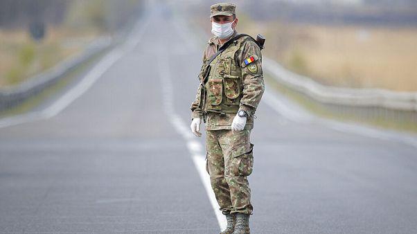 Román katona egy ellenőrzőpontnál 2020. április 4-én