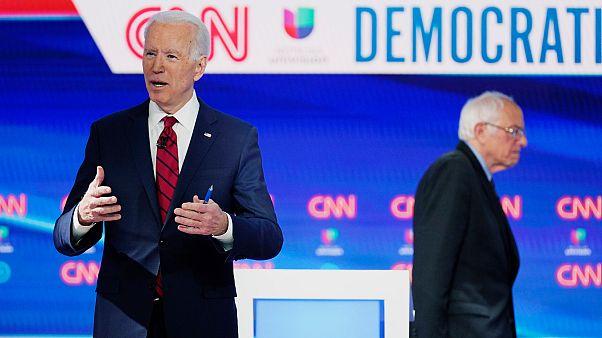 Demokrat Parti başkan aday adayları Joe Biden (önde) Bernie Sanders (arkada)