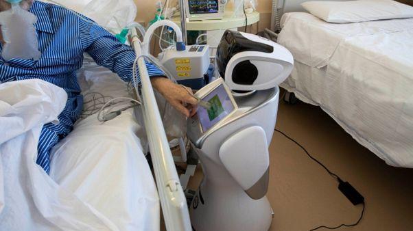 روبوتات تساعد أخصائيي الرعاية الصحية على مساعدة مرضى Covid-19 في إحدى المستشفيات الإيطالية 08/04/2020