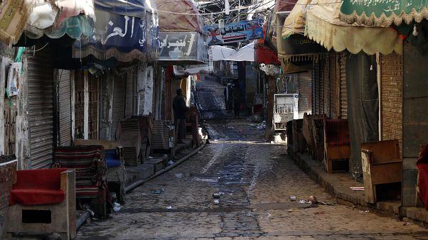 Yemen'de Covid-19 ile mücadele kapsamında başkent Sana'daki pazar yerleri ve çarşılar kapatıldı