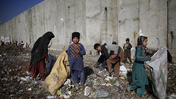 Çöp toplayan Afgan çocuklar.
