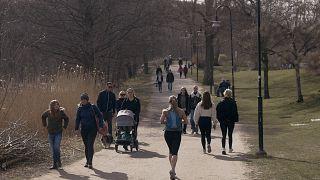 Menschen zu Coronazeiten in einem Park in Stockholm