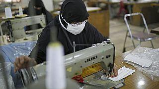 Γυναίκες κατασκευάζουν μάσκες στην Υεμένη