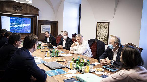 Orbán Viktor virulógusokkal egyeztetett 2020. április 9-én