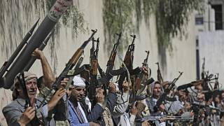 الحوثيون يرفعون أسلحتهم خلال تجمع في صنعاء،اليمن