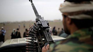 متمرّد حوثي يحمل سلاحًا خلال تجمّع يهدف لتعبئة المزيد من المقاتلين الحوثيين بصنعاء في اليمن  01/08/2019