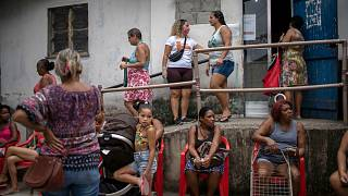 شاهد: سكان مدن الصفيح في ريو دي جانيرو يحاربون الفقر وتهديد كورونا