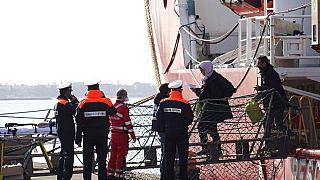 أشخاص ينزلون من سفينة إنقاذ في ميناء تارانتو بجنوب إيطاليا   29/01/2020
