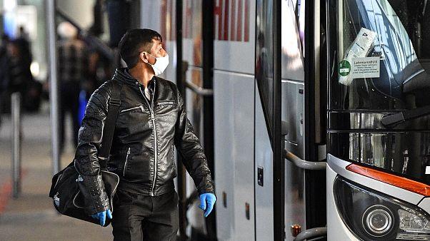 Almanya'da koronavirüs salgınına karşı maske takan bir kişi