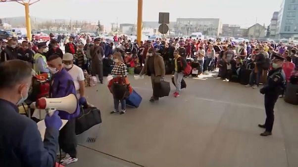 Столпотворение в аэропорту: сезонные работники спешат в ФРГ