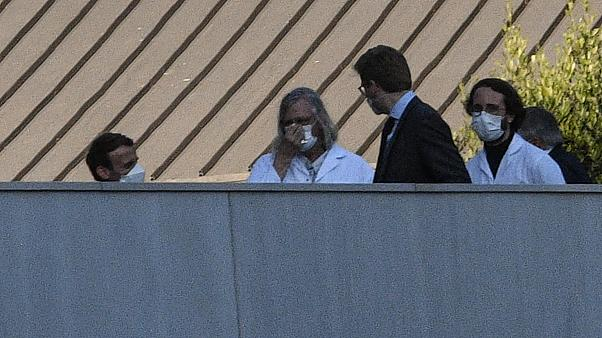 رئيس الفرنسي إيمانويل ماكرون يزور مستشفى الأمراض المعدية المتخصصة في مرسيليا ويلتقي مع مديره ديدييه راولت