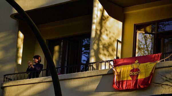 İspanya'nın kuzeyinde bulunan Pamplona şehrinde evinin balkonunda her akşam saat 8'de sağlık çalışanlarını alkışlama etkinliğine katılan bir kadın.