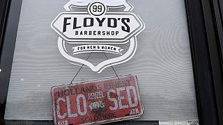 """لافتة معلقة على باب صالون حلاقة كُتب عليها """"مُغلق"""" في فلويد في أنابوليس ميريلاند 25/03/2020"""