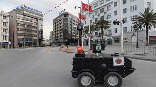 شاهد: تونس تعتمد على الروبوتات لفرض الحجر الصحي