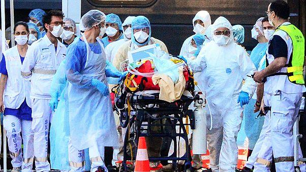 Une équipe médicale prenant en main un patient atteint du Covid-19, après son arrivée en TGV médicalisé dans la gare de Bordeaux, en France, le 10 avril 2020.
