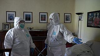 Voluntarias con traje de protección