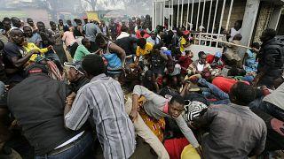 Kenya'nın başkenti Nairobi'de koronavirüs yardımı sırasında izdiham yaşandı