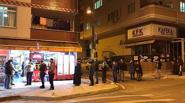 Türkiye'de sokağa çıkma yasağını duyanlar marketlere akın etti ...