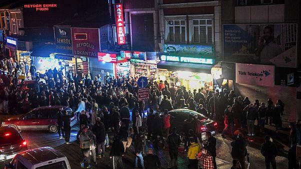 اعلام مقررات منع آمد و شد در ترکیه؛  شهروندان به خیابانها سرازیر شدند
