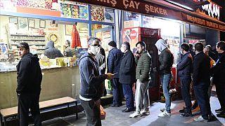 Sokağa çıkma yasağı öncesi başkentteki market ve fırınlarda yoğunluk yaşandı