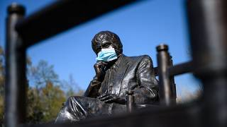 Koronavírus - Egészségügyi maszkot tettek Juhász Ferenc szobrára Biatorbágyon