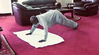 Irodájában edz a 75 éves ugandai elnök