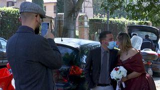 بوسه عشق و ازدواج در روزهای کرونایی و قرنطینه رم ایتالیا